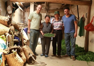 Caio e João com pequenos produtores de chás especiais em Taiping, Anhui, China