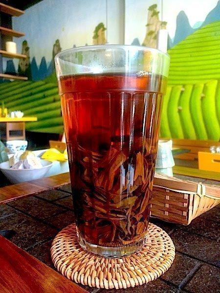 Chá preto especial feito da maneira mais simples, em copo americano
